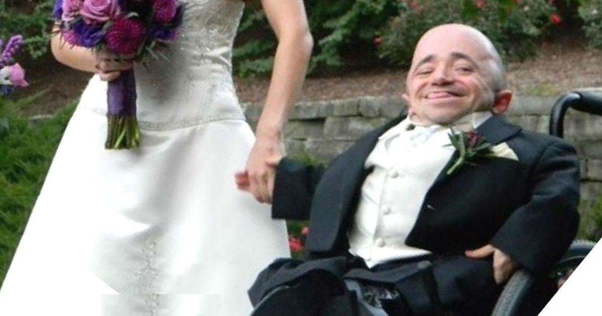 Муж Показывает Всем Свои Свадебные Фотографии, Но Увидев Лицо Его Жены Они Не Верят Своим Глазам