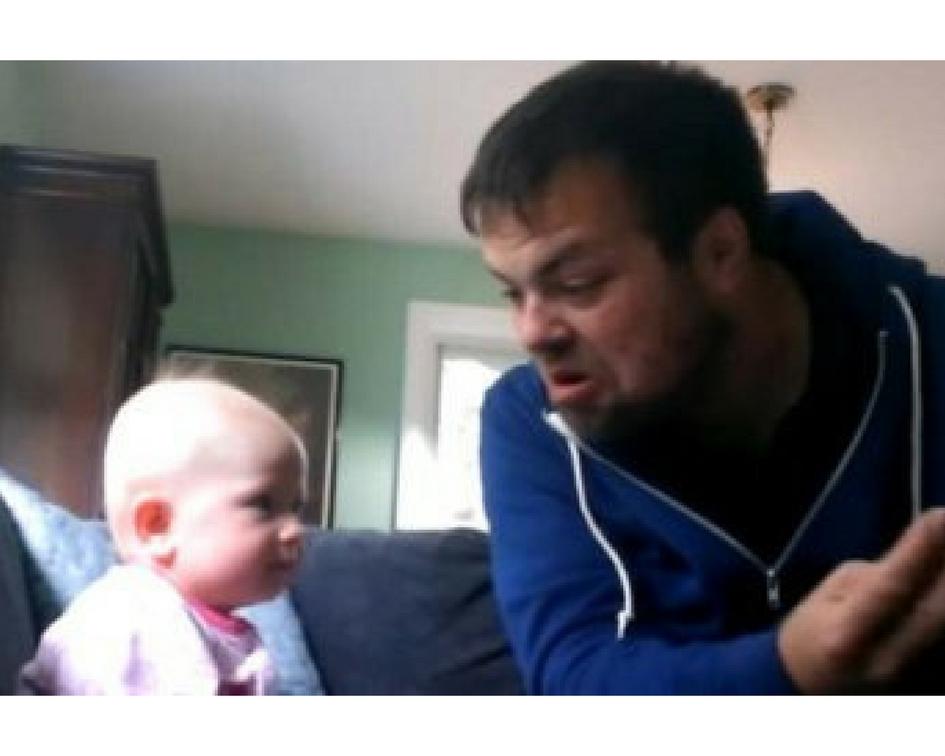 Маленькую девочку оставили на родного дядю. Увидев видео, мама лишилась дара речи