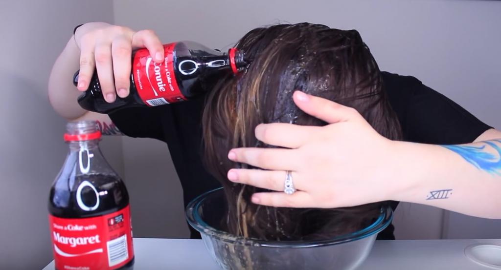 Она взяла «Кока-Колу» и начала лить на волосы. То, что произошло дальше — невероятно!