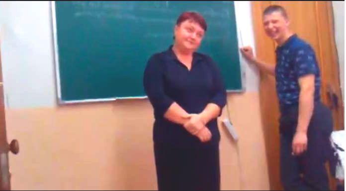 Придя на урок первый раз за весь год, студент думал, что ему все сойдет с рук. Но реакция учительницы УДИВИЛА всех! (Видео)