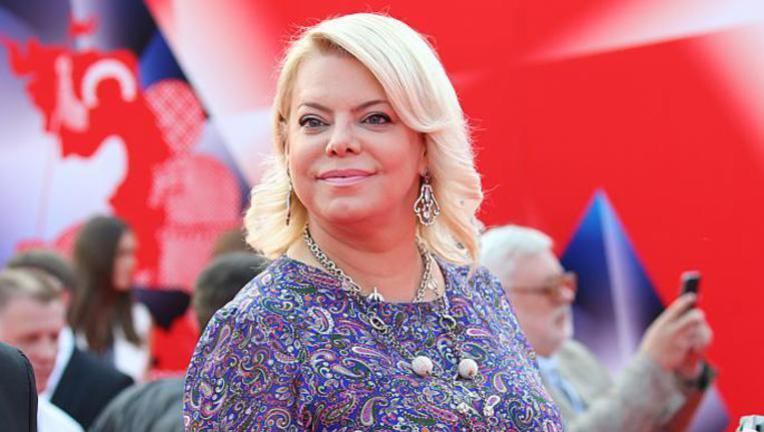 Вот что делает любовь: 51-летняя Яна Поплавская хорошеет на глазах рядом с молодым возлюбленным (5 фото)
