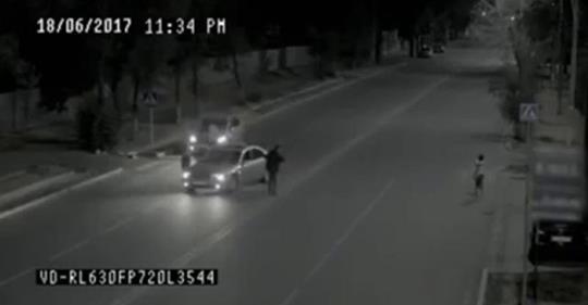 Ночью скрытая камера случайно засняла призрака, спасшего девушку… До мурашек!