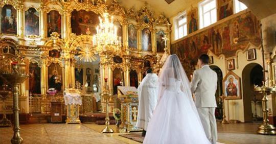 Женщина с ребенком на руках подошла к пастору и прервала свадебную церемонию. Невеста повернулась к жениху и дала ему пощечину. Мать невесты потеряла сознание. И только жених ничего не понимал.