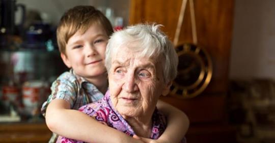 Мальчик жил с бабушкой, она постоянно кричала и ругалась, он считал ее очень злой, а потом